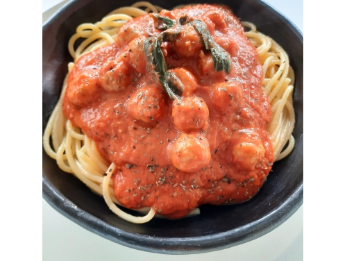 TOMATO BASILICUM WITH MEATBALLS